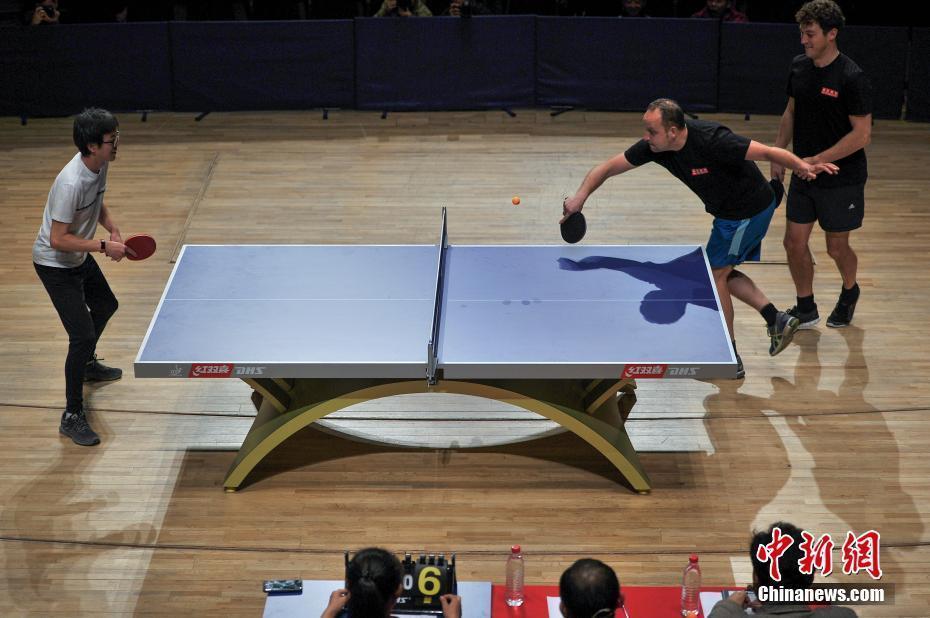 中奥音乐家在天津切磋乒乓球技
