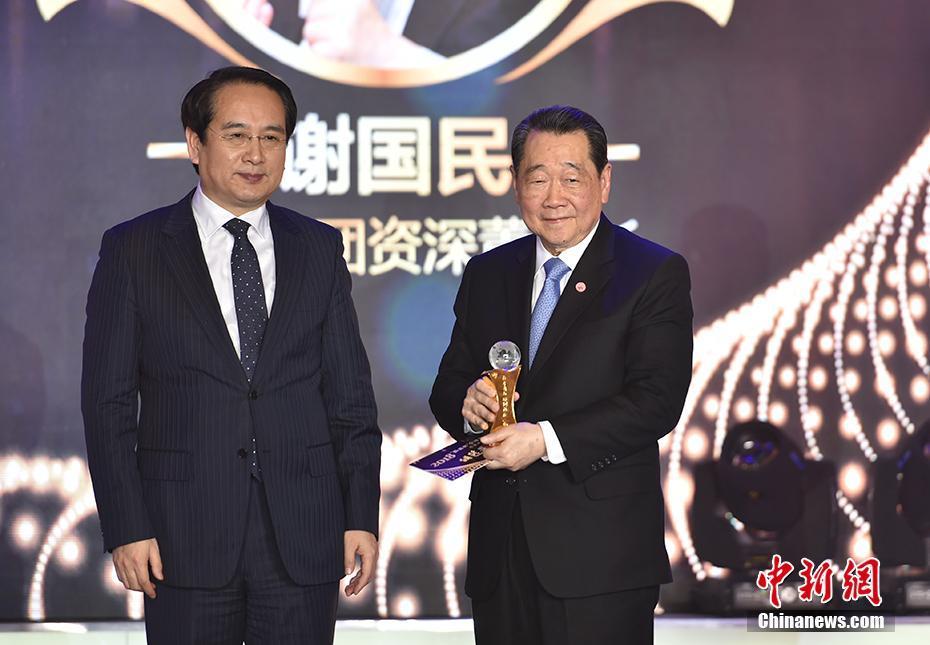 统战部副部长谭天星为谢国民颁发特别致敬人物奖